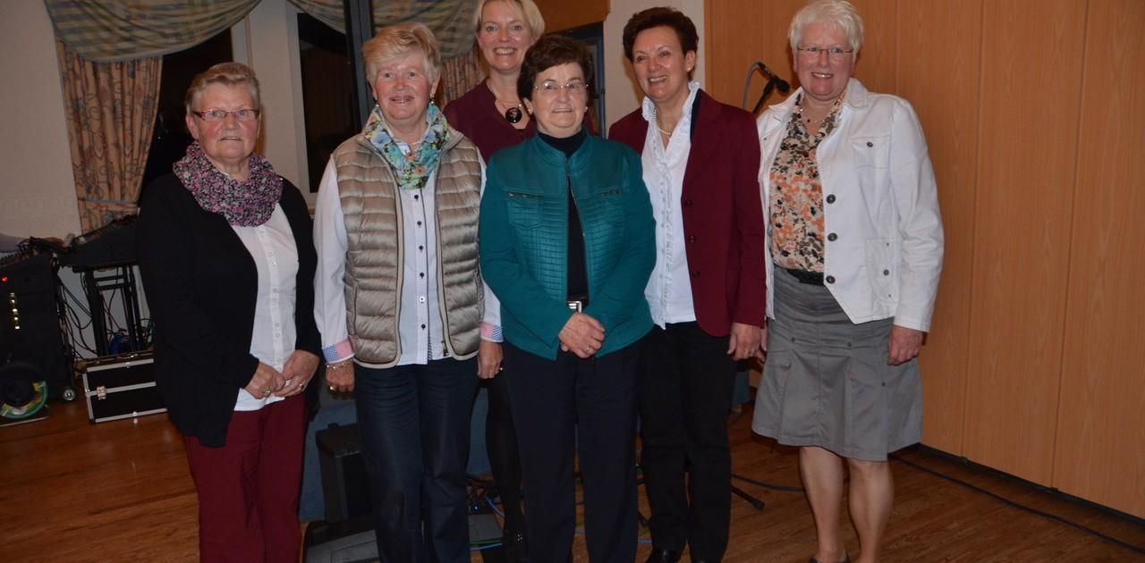 Geehrt wurden die ehemaligen Vorsitzenden der KFD Sustrum-Moor. Auf dem Foto (von links) Annerose Robin, Maria Behrens, Marion Hartelt, Veronika Haverkamp, Agnes Heidkamp und die amtierende Vorsitzende Leni Bethke. Foto: Petra Glandorf