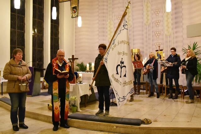 Pastor Matthias Schneider segnet unsere neue Fahne.